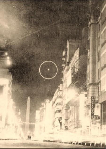 Extraño objeto fotografiado en 1965 a metros del Obelisco, por un reportero de la época, durante una de las oleadas ovnis más importantes registradas en Argentina. La imagen es objeto de debate entre los investigadores, aunque nunca pudo ser descartada