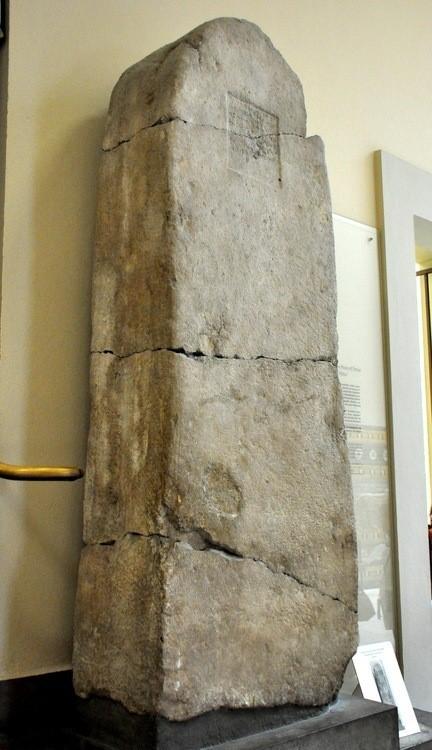 Estela obelisco donde aparece mencionada, la legendaria reina Semíramis. Actualmente conservada en el Museo de Pérgamos, Berlín, Alemania
