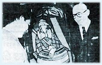 Posando con lentes junto a uno de sus cuadros, el enigmático Benjamín Solari Parravicini