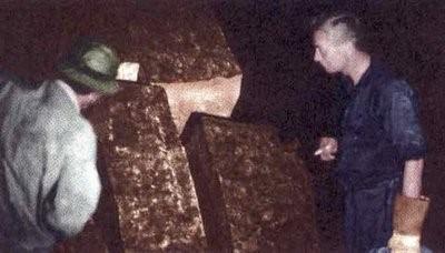 János Móricz observando restos de extraños bloques cortados, dentro de Tayos. Fotograma Expedición 1969