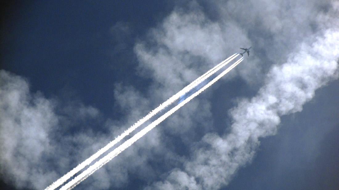 Estelas de aviones calentarán aún más la atmósfera, confirman investigadores