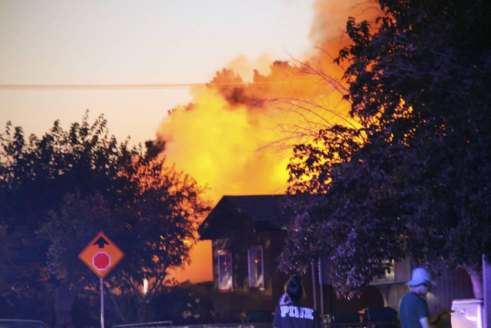 Una casa ardiendo en Ridgecrest, California, tras el terremoto del viernes noche