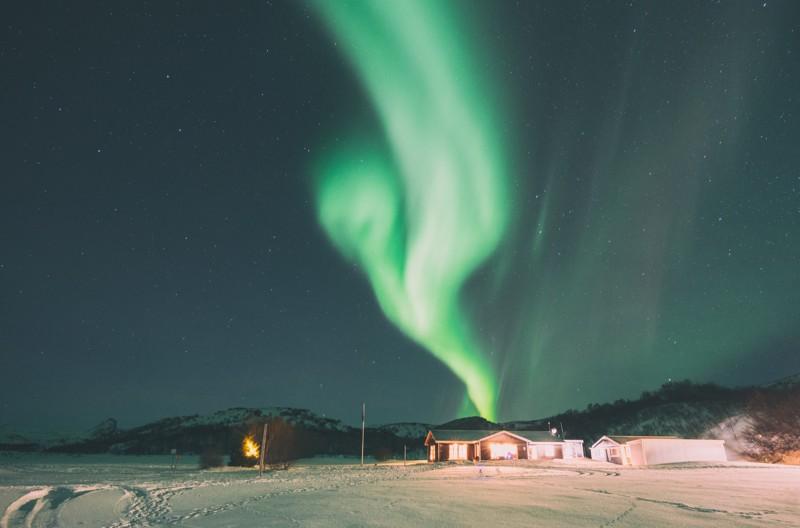 Aurora boreal durante el invierno en Islandia