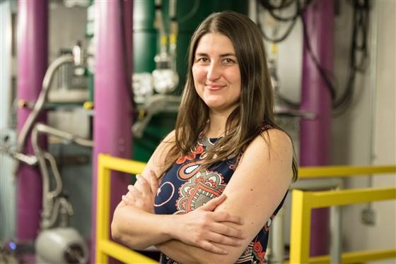 Leah Broussard estudia partículas subatómicas en el Laboratorio Nacional de Oak Ridge, donde buscará materia espejo este verano