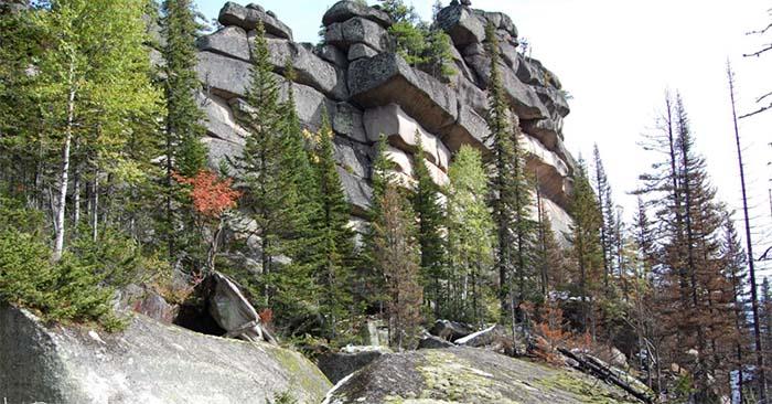 Parte del muro de Gornaya Shoria, con las piedras apiladas