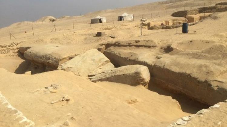 Parte del borde oriental del «Dry Moat» descubierto en 2018. Fragmentos de roca desprendidos visibles ocultan la estructura tallada en su borde