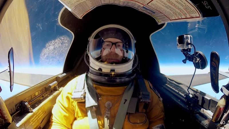 Adam Savage mientras asciende al espacio