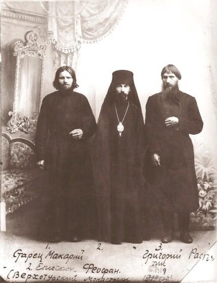 Rasputín flanqueado a la izquierda por el sabio Makarij, 1903. El maestro que logró educarlo