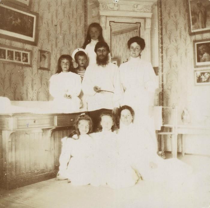 La zarina Alejandra con Rasputin, sus hijos y una institutriz