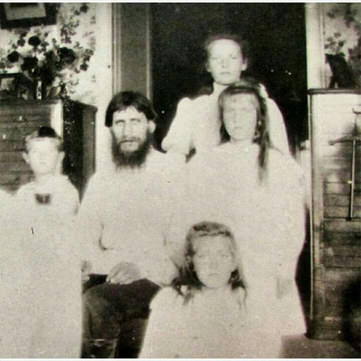 Rasputín, posando con algunos de los miembros de la dinastía Románov