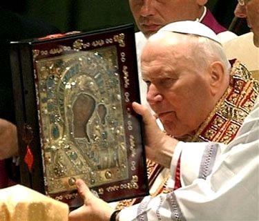 Juan Pablo II junto al icono de Kazan. Recién en 2005 retornó a Rusia