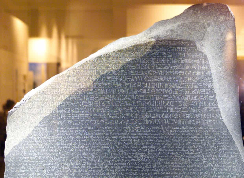 La piedra Rosetta en exhibición en el museo británico