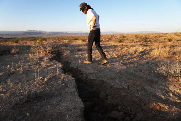 Un hombre observa una grieta tras un sismo en California