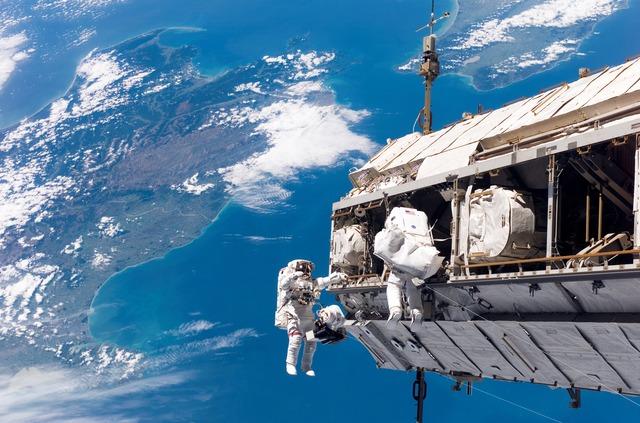 Astronautas durante una caminata espacial
