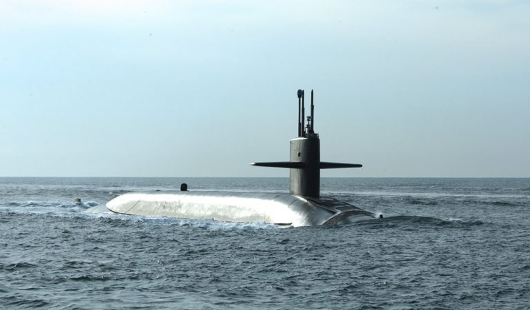 Submarino ruso incendiado fue posiblemente enviado a cortar cables de Internet