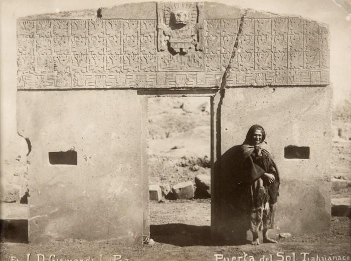 Foto: Luigi Domenico Gismondi: Tiahuanaco, Puerta del Sol. 1910