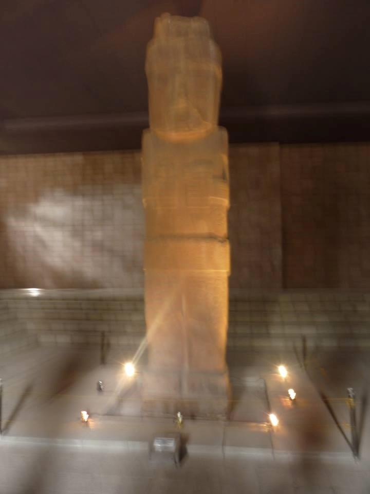El increíble Monolito Benett, de casi siete metros de altura. Fenómeno ignorado, hacía imposible retratarlo con la cámara