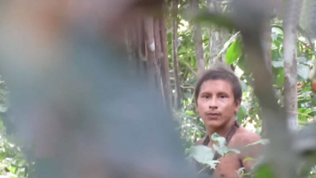 Miembros de la tribu Awa, una de las tribus más amenazadas del mundo que están siendo invadidos por los madereros