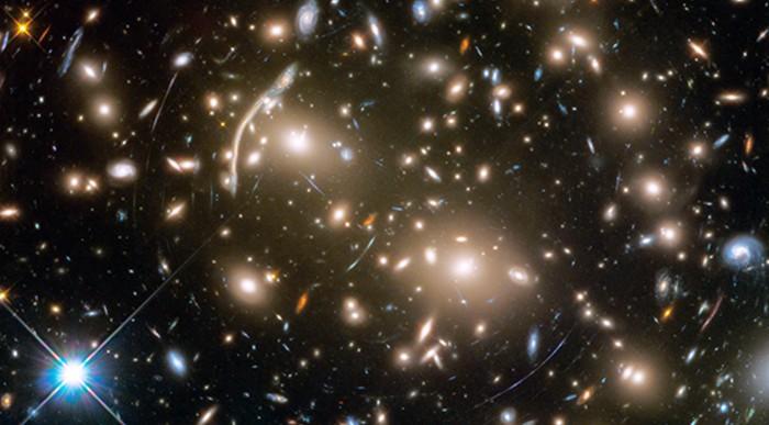 El telescopio espacial Hubble tomó esta imagen de Abell 370, un cúmulo de galaxias a 4 mil millones de años luz de la Tierra