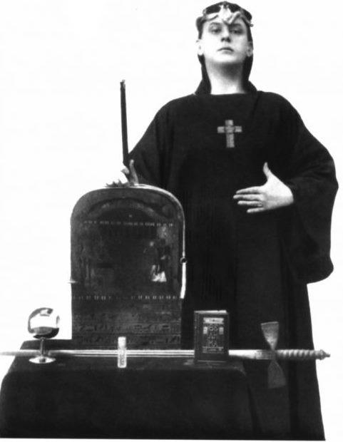 Fotograma de Aleister Crowley arropado con atuendo ceremonia, 1912