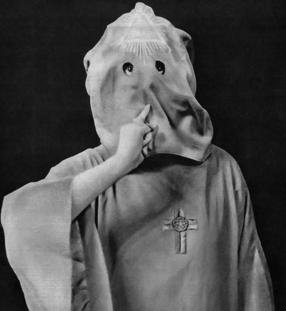 Crowley encapuchado y el signo de Harpócrates. «Oir ver, mantener el silencio»