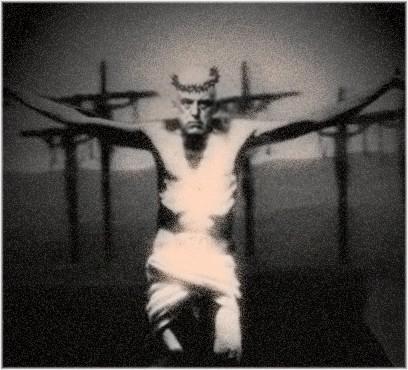 El gran provocador en la cruz