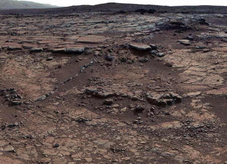 El lecho de roca en este sitio se sumó a un enigma sobre el antiguo Marte al indicar que había un lago presente, pero que había poco dióxido de carbono en el aire para ayudar a mantener un lago sin congelar