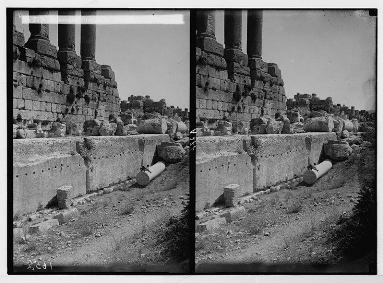 Una de las primeras fotografías de los inmensos bloques de piedra que componen la plataforma sobre la que descansan el resto de construcciones