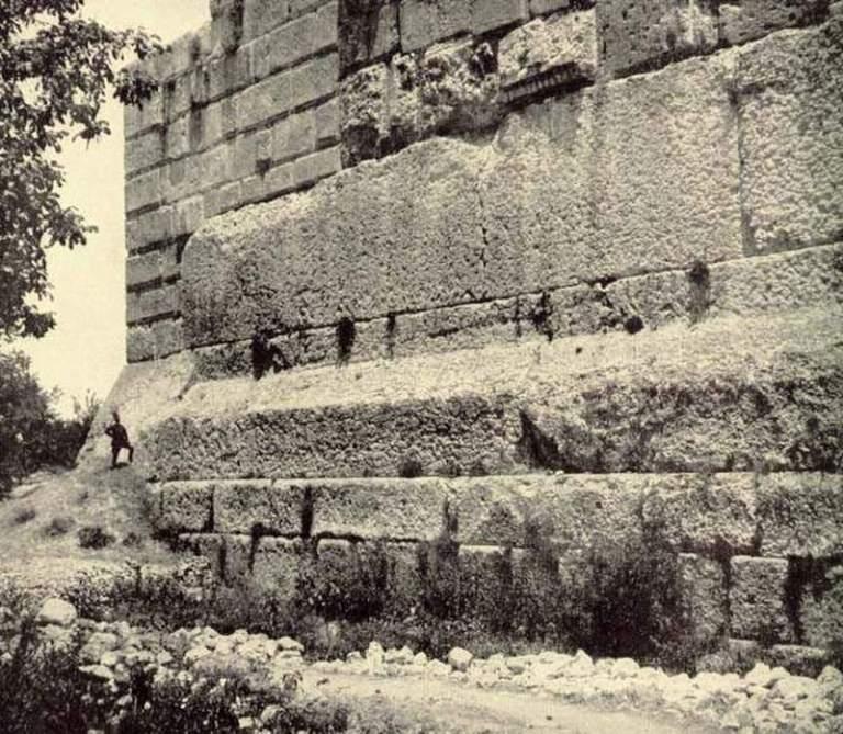 Antigua fotografía de las enormes piedras. Nótese el tamaño de la persona a la izquierda como referencia comparativa