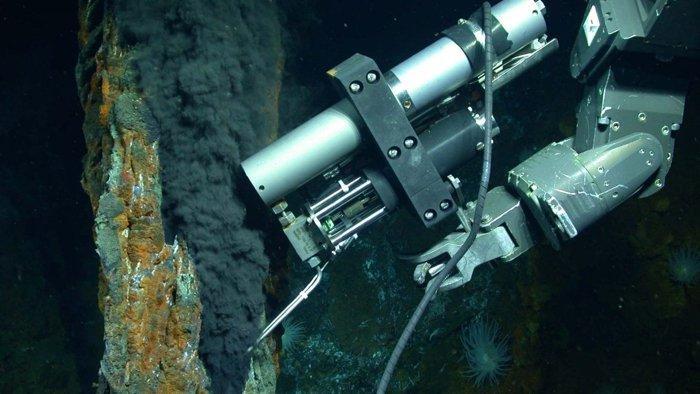 Un vehículo operado remotamente toma muestras de fluido de una ventilación hidrotermal