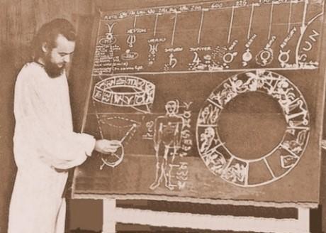 El Maestre Dr. Serge Raynaud de la Ferrière, enseñando la teoría de las eras astrológicas