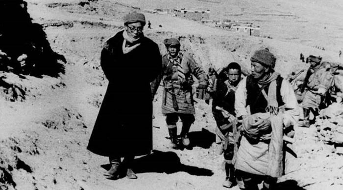 El décimo cuarto Dalai Lama retratado en su marcha al exilio, luego de la invasión china al Tíbet 1959