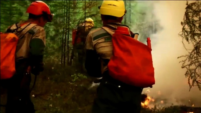 Trabajadores intentan detener el avance del fuego en Siberia