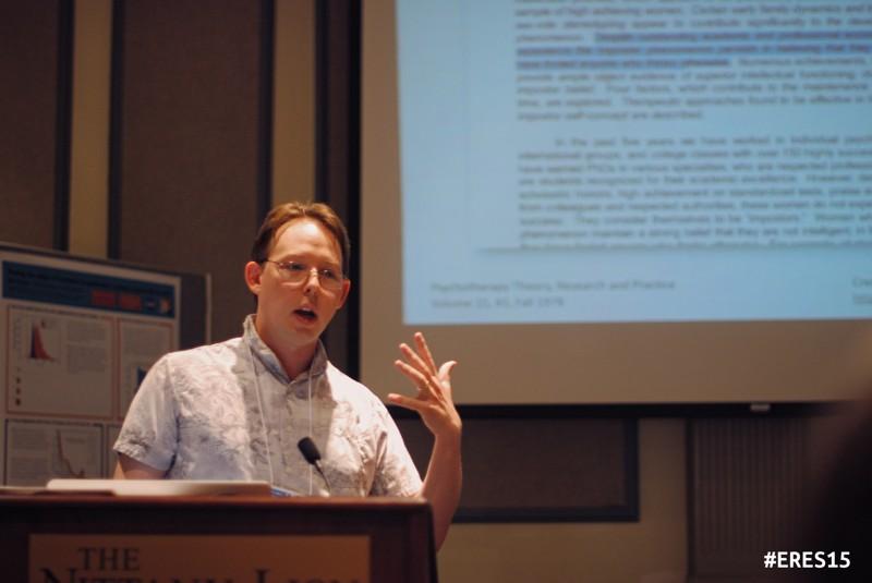 El profesor Jason Wright en una charla