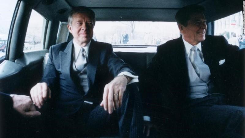 Jimmy Carter junto a Ronald Reegan, su sucesor en el cargo, que tan sólo alcanzó un solo período. Ambos presidentes compartieron su pasión por los OVNIs. Toma de 1981