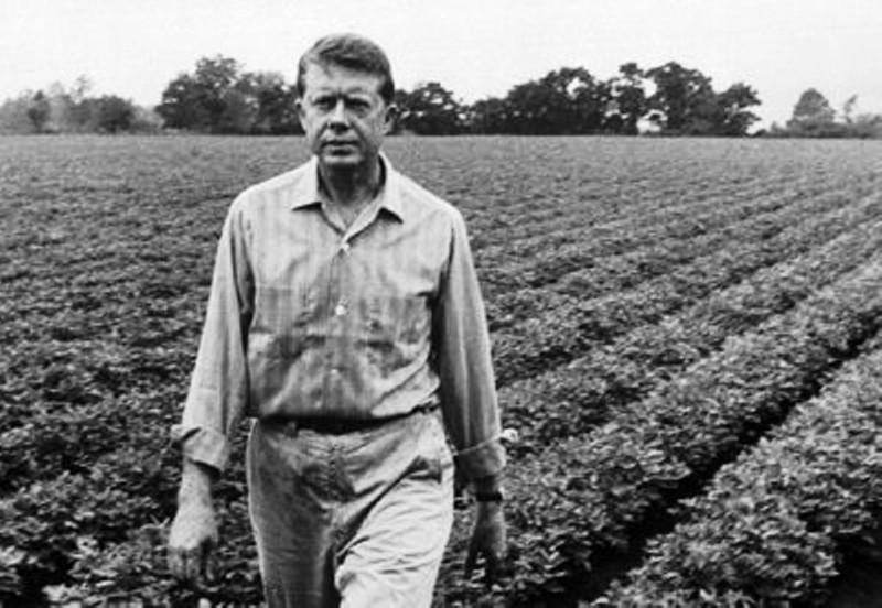 Jmmy Carter antes de incursionar en la política se desenvolvió como granjero. Aquí en un fotograma que lo muestra caminando, en los campos de su Georgia natal