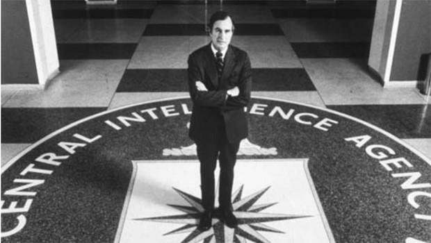 George W. Bush posando en el vestíbulo de la CIA. Fotograma sin fecha