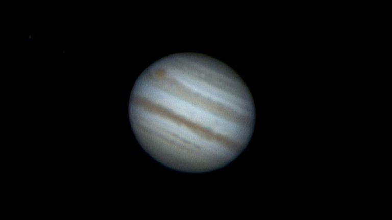 Júpiter no gira de misma forma alrededor del Sol que los demás planetas