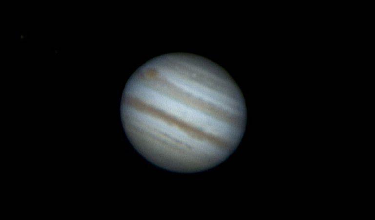 Júpiter no gira de la misma forma alrededor del Sol que los demás planetas