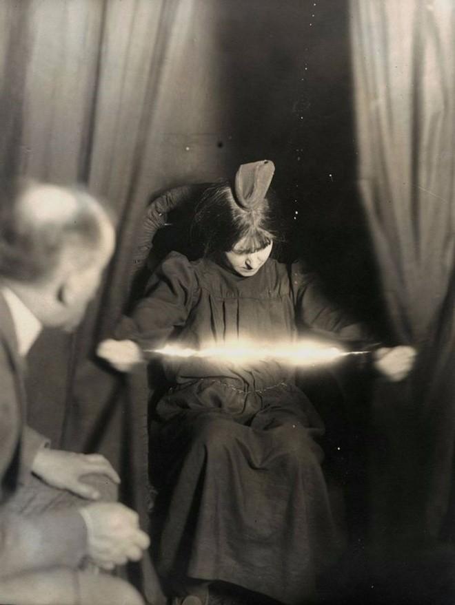 ¿Son las mujeres más susceptibles a los fenómenos paranormales?