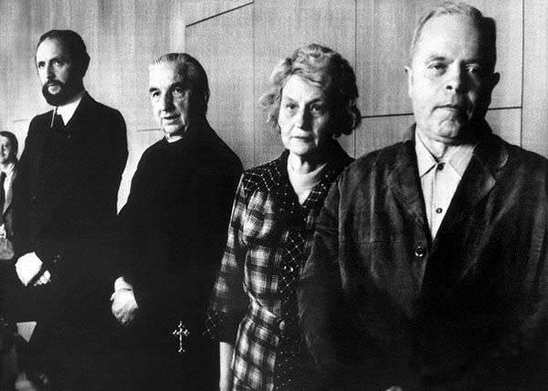 De izquierda a derecha: Ernst Alt, Arnold Renz, Anna y Josef, los padres de Anneliese