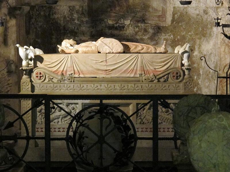La tumba de Santa Cristina con la escultura de Buglioni en el centro, la estatua ilustra la piedra utilizada en el intento de ahogarla