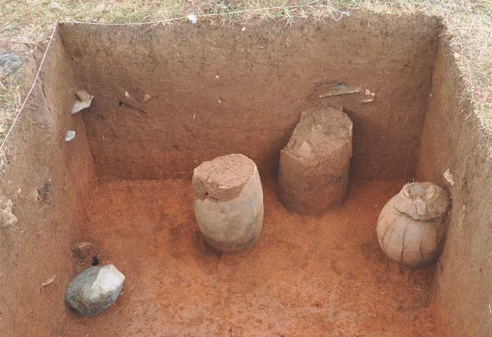 Fotografía de vasijas mortuorias de cerámica in situ