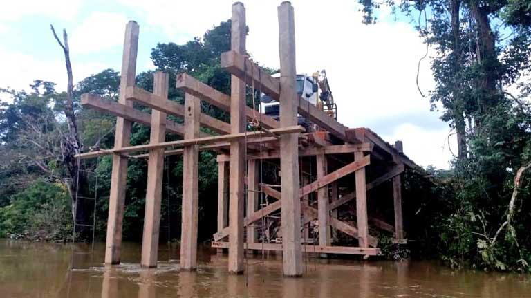Fotografía que muestra un puente en construcción realizado por madereros ilegales sobre el río Jamanxim. La administración de Bolsonaro hasta ahora no ha hecho nada para detener su construcción