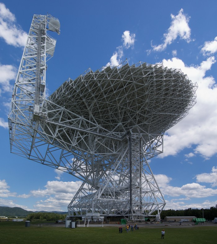 El telescopio Robert C. Byrd Green Bank, un radiotelescopio de 100 metros de diámetro ubicado en Green Bank, Virginia Occidental, EE.UU
