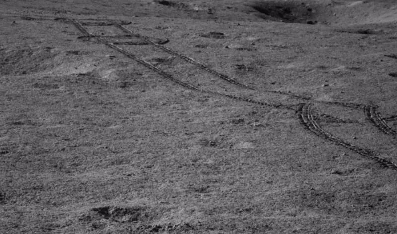 Pistas hechas por Yutu-2 durante la navegación de peligros durante el día lunar 8, que ocurrió a fines de julio y principios de agosto de 2019