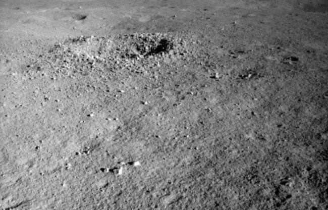 Yutu-2 encontró una sustancia extrañamente coloreada en un cráter al otro lado de la luna