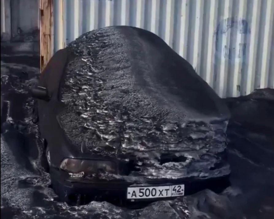 Un automóvil en la región de Kemerovo de Siberia, al norte de Kiselyovsk, se ve cubierto de hollín en febrero