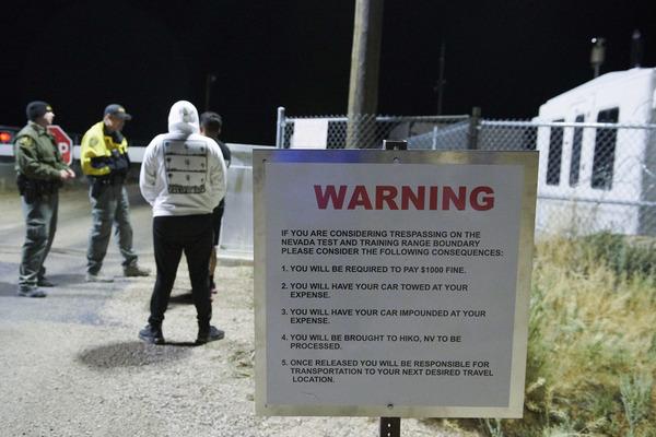Asistentes discuten con los guardias mientras se reúnen para «asaltar» el Área 51