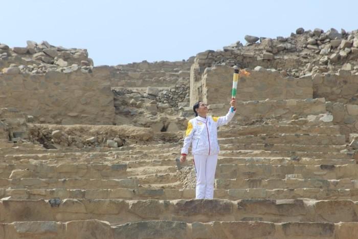 Ruth Shady Solís, posando con la antorcha olímpica en Caral, durante la realización de los Juegos Panamericanos y Parapanamericanos, realizados este año